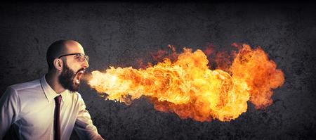 Ogłoszenie zły i wściekły - biznesmen plucia ognia