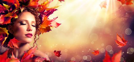 maquillaje fantasia: Chica de ensue�o oto�o - modelo de manera de la belleza con las hojas rojas y la luz solar