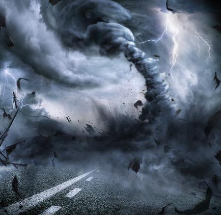 tormenta: Potente Tornado - Destrucción dramático On The Road