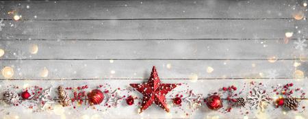 copo de nieve: Ornamento de la Navidad en fila en la tabla de madera de la vendimia Foto de archivo