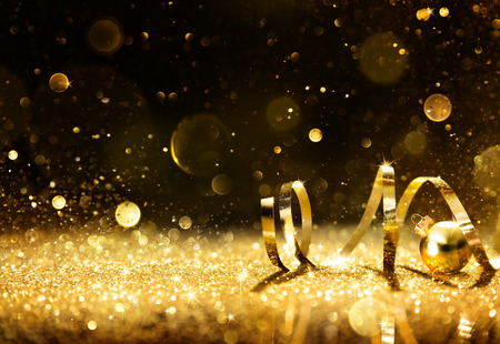 streamers: Serpentinas de oro con brillo chispeante Foto de archivo