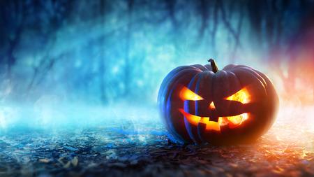 Halloween pompoen in een mystieke bos bij nacht