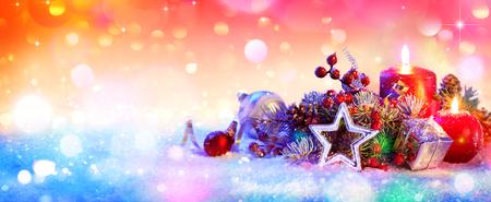 Ornamento di Natale su neve Archivio Fotografico - 46577365