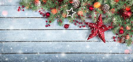 Sapin et l'étoile sur fond de bois de flocons de neige et de lumières Banque d'images