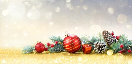 Christmas Greeting Card con ornamento su sfondo dorato Archivio Fotografico - 47546087