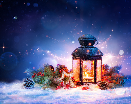 velas de navidad: Linterna Mágica en la nieve con decoración de Navidad Foto de archivo