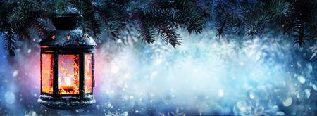 전나무 지점과 눈에 크리스마스 랜턴 스톡 콘텐츠