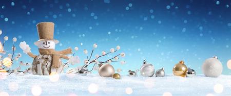 bonhomme de neige: Bonhomme de neige avec Babioles sur la neige
