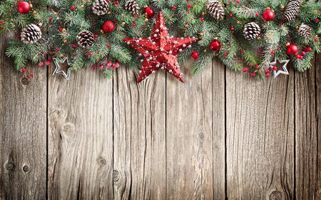 Weihnachten Tannenbaum dekoriert auf Holzuntergrund Standard-Bild