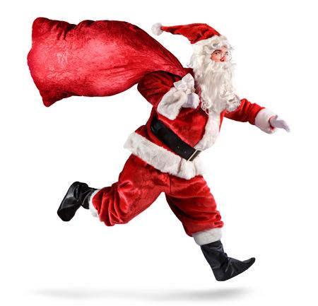corriendo: Papá Noel que se ejecuta con una bolsa de regalos en un fondo blanco