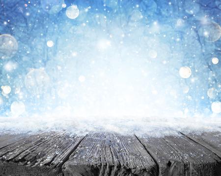 Besneeuwde Plank Met Winterse Bosachtergrond
