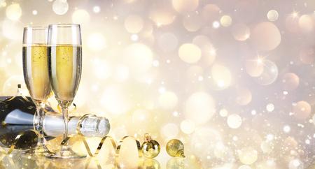 botella champagne: Tostada con la botella y Champagne - Fondo de oro Foto de archivo
