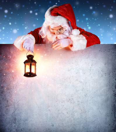 Weihnachtsmann auf Weinlese-Schild mit Laterne