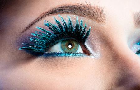 maquillaje de ojos: Maquillaje de ojos Invernal creativo. Falso Azul largo primer de las pestañas Foto de archivo
