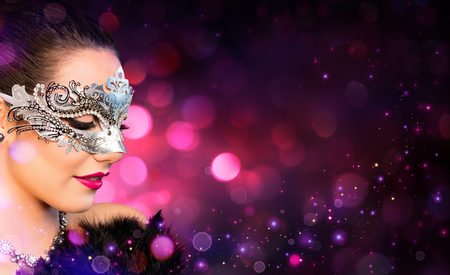 mascaras de carnaval: Mujer atractiva que desgasta la máscara de Carnaval Foto de archivo
