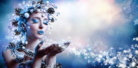 Invierno Wish - Moda Modelo soplando copos de nieve Foto de archivo - 51190698