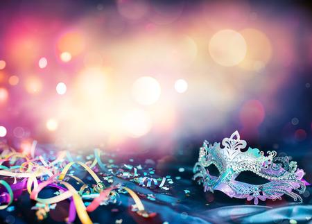 Karneval Maske, Luftschlangen und Konfetti für festliche Hintergrund