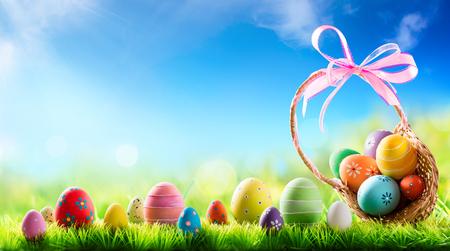 pascuas navide�as: Cesta de huevos de Pascua en Sunny Meadow Foto de archivo