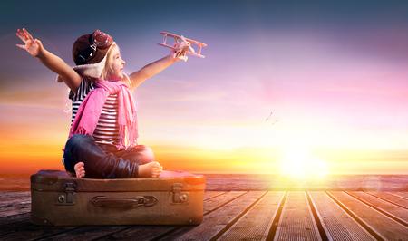 путешествие: Мечта путешествие - Маленькая девочка на Урожай Чемодан на закате