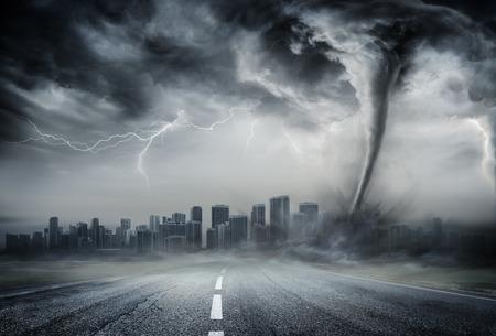Tornado na drodze biznesowej - dramatyczna pogoda na miasto
