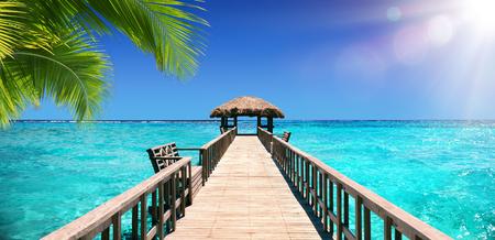 Dock in ingresso per il paradiso tropicale Archivio Fotografico - 56405076