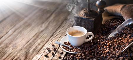 Der gute Morgen beginnt mit einem guten Kaffee - Morgen Licht beleuchtet den traditionellen Espresso