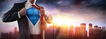 Geschäftsmann-Superheld mit Sonnenuntergang im Stadt