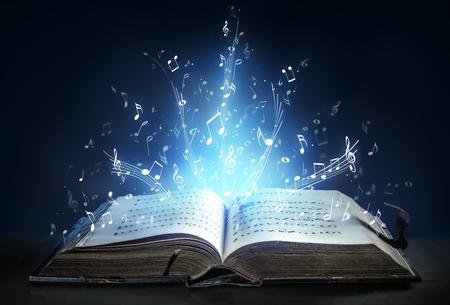 Classical Symphony schijnt met muzieknoten uit een oud boek van Songs Stockfoto