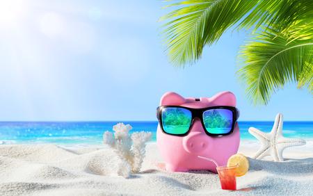 banco dinero: Hucha con bebida en el Palm Beach