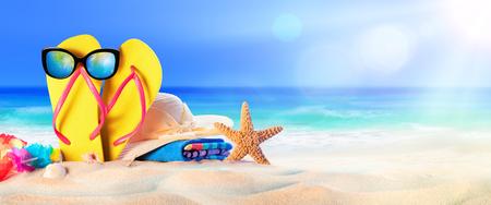 Akcesoria plażowe na brzegu morza - wakacje letnie