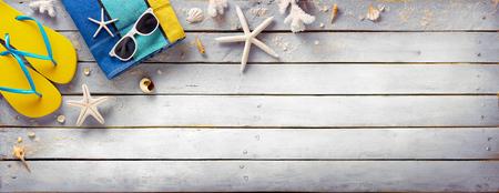 Accesorios de la playa en tablón de madera Vintage - Retro vacaciones de verano