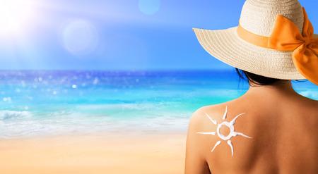 Femme Avec Crème solaire en forme de Sun Banque d'images - 59288541