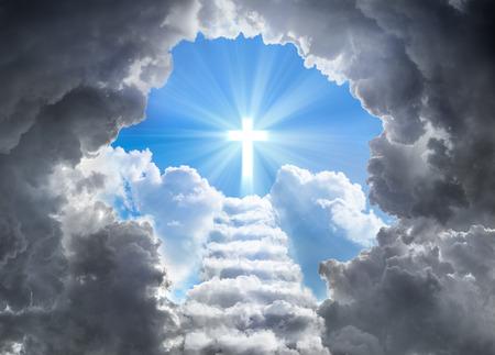 구름의 터널의 끝에서 빛의 크로스 선도 계단 스톡 콘텐츠