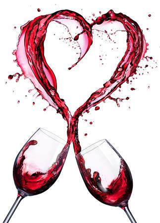 Romantický toast červeného vína v stříkajícím se tvaru srdce