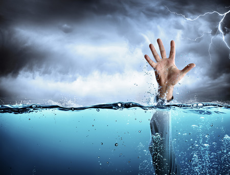 Support Concept - Drowning And Failure - Mana ? ? s Hand In Sea Foto de archivo