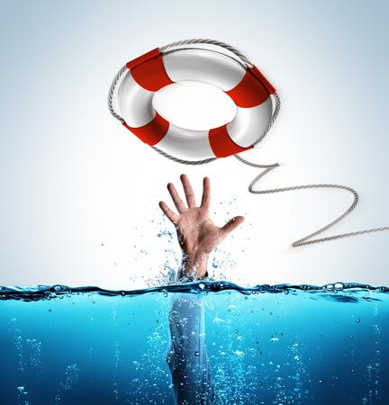 Koncepcja ratowania - biznesmen w Lifebelt, aby pomóc utonąć