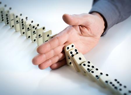 Fermare l'effetto domino - Mano Impedisce Failure Archivio Fotografico