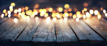 Bokeh der Weihnachtslichter auf Weinlese-hölzerner Planke Standard-Bild