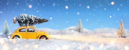 abetos: Coche lleva un árbol de Navidad en la noche Nevado Foto de archivo
