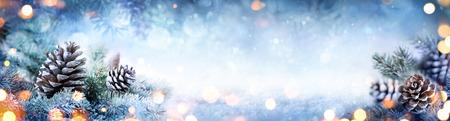 Banner di decorazione di Natale - Pigne Snowy sul ramo di abete con luci Archivio Fotografico - 63826328