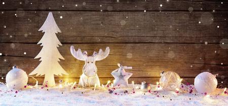 Bianco Decorazioni di Natale con luci su fondo in legno naturale Archivio Fotografico - 63826387