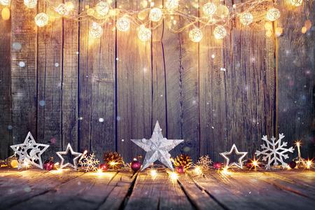 Navidad: Decoración de Navidad de la vendimia con las estrellas y luces en la tabla de madera Foto de archivo