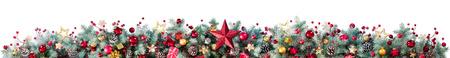 Decorazioni di rami di abete e bagattelle su bianco - bordo di Natale Archivio Fotografico - 65623959
