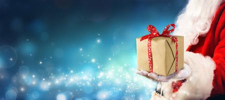 Regalo de Navidad - Santa Claus dando caja de regalo en la magia Noche