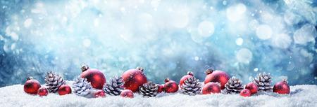 Zasněžené vánoční koule a borovice v zimě Reklamní fotografie