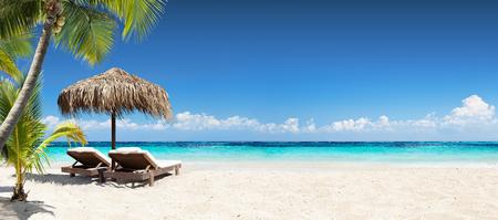 Stoelen en parasol op tropische strand - Zeegezicht Banner Stockfoto