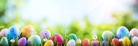 Pasqua - Colorful uova decorate Sul Campo Archivio Fotografico - 71993985