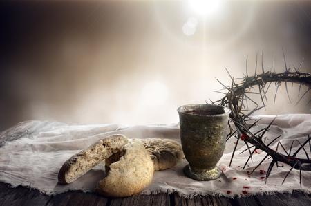 Kommunion und Leidenschaft - Ungesäuertes Brot Kelch Wein und Dornenkrone Standard-Bild - 74357009