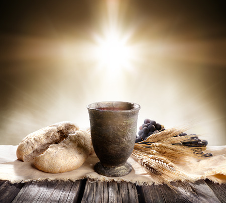 聖餐 - 種なしパンとワインと十字の光の聖杯 写真素材