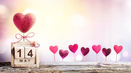 Giorno delle madri - Data del calendario con decorazioni di cuori Archivio Fotografico - 74863228